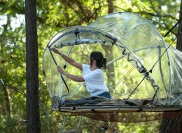 Tree house hotel in France: Bubble tents