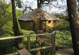 Tree house hotel in France: Pradan treehouse
