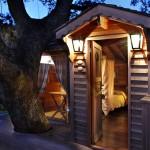 La Piantata Black Cabin Treehouse at night