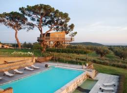Tree house hotel in Italy: La Piantata Black Cabin Treehouse